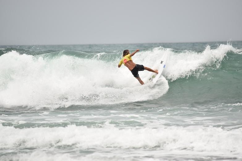 SURF EN PLAYA POPOYO