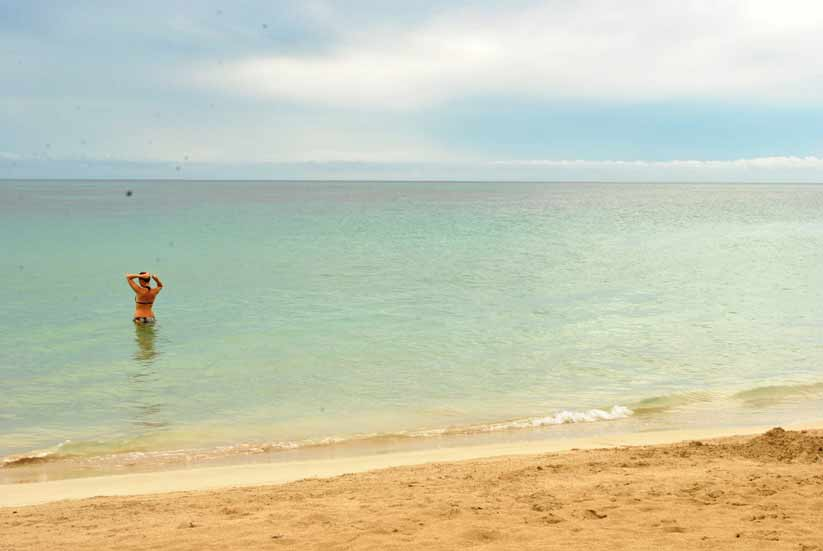 corn-island-turista-bañandose