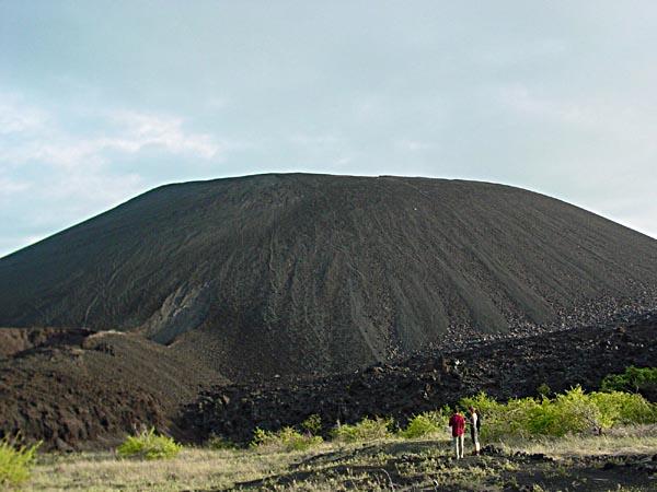 El volcán Cerro Negro se formo hace menos de 160 años (en 1850) y es el volcán más joven de Centro América