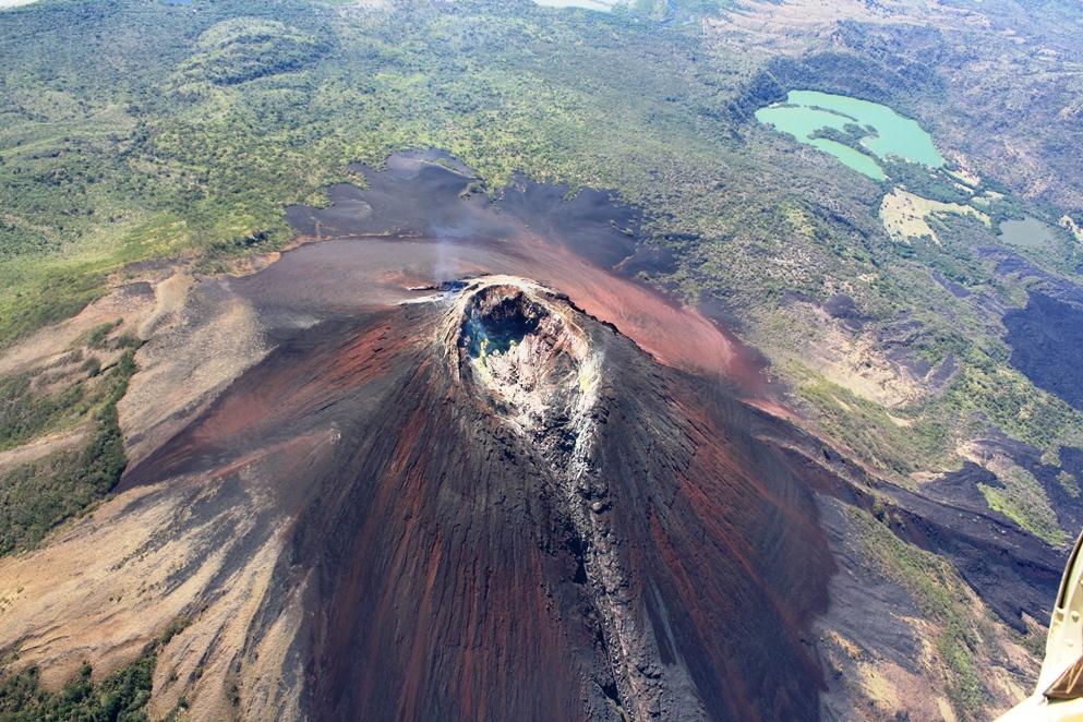 Volcán Momotombo, uno de los paisajes más significativos de Nicaragua. Este volcán con una forma cónica casi perfecta, puede apreciarse desde muchos lugares. Escalar el Momotombo es un verdadero reto, es uno de los volcanes más altos de Nicaragua.