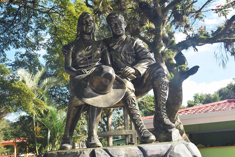 Escultura-en-honor-a-Blanca-Arauz-y-al-Gral.-Sandino