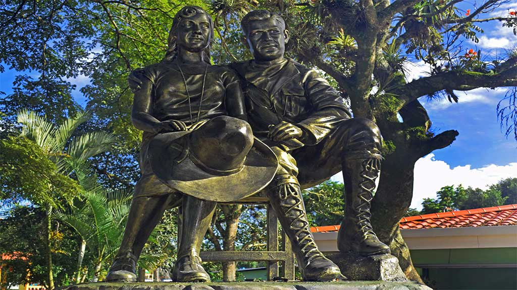 Escultura-en-honor-a-Blanca-Arauz-y-al-Gral.-Sandino-jinotega-nicaragua